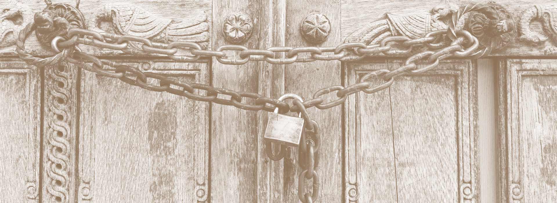 Portone di legno bloccato - Labor Law Università di Padova