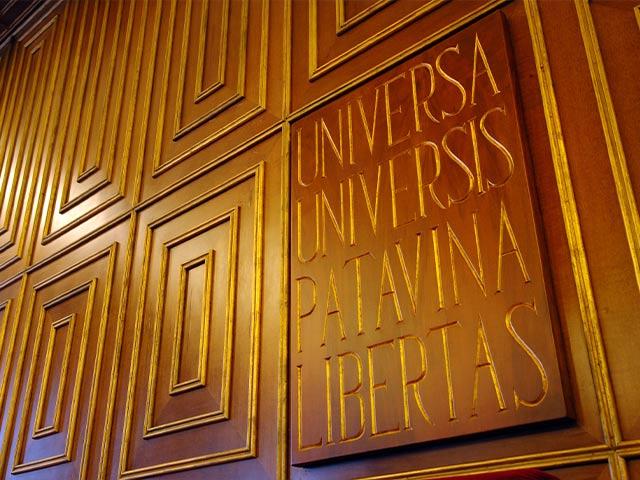 Insegna latino su parete - Labor Law Università di Padova